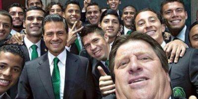 El presidente de México Enrique Peña Nieto fue motivo de memes por esta foto con la Selección Nacional de Fútbol. Foto:Vía Twitter @miguelherreradt