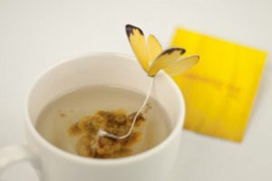 Bolsitas de té en forma de mariposas.
