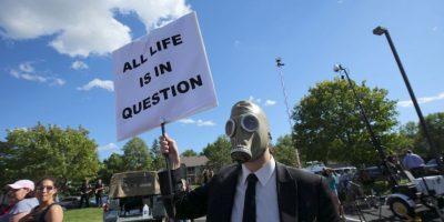 """""""Todas las vidas están en duda"""", se lee en este cartel Foto:Getty Images"""