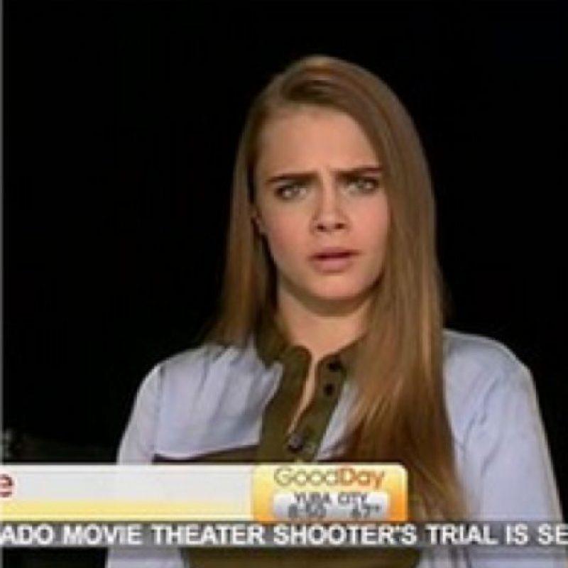 """A Cara Delevingne ayer le sucedió algo horrible. El entrevistador la llamó """"Carla"""" y le preguntó si por lo menos leyó el libro o guión de """"Ciudades de Papel"""". Foto:vía Youtube"""