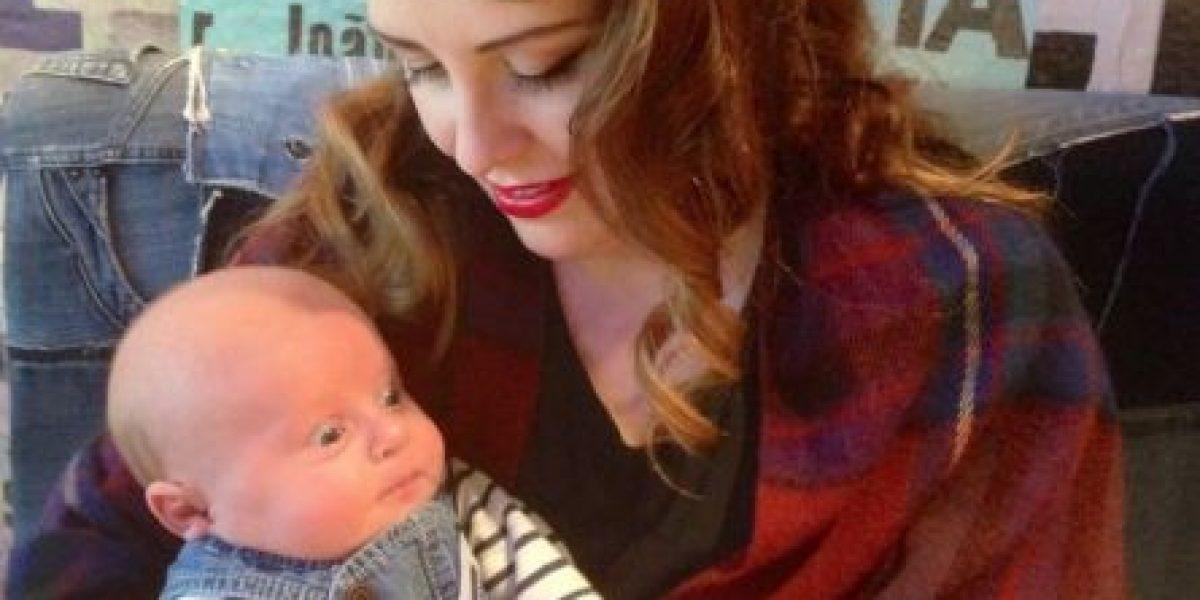 Madre mancha la cara de su bebé al amamantarlo, vean por qué
