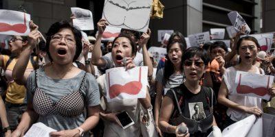 """Cerca de 200 personas se dieron cita en la manifestación llamada """"Caminata por el pecho"""" Foto:AFP"""