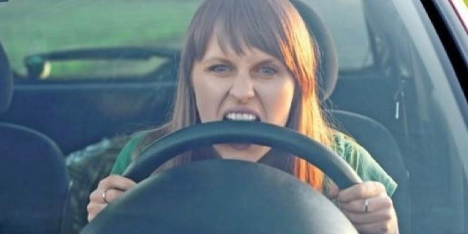 El Grupo de Investigación en Ingeniería de Carreteras (GIIC) en España mencionó que los jóvenes son más impacientes tras permanecer varios minutos detrás de vehículos lentos. Foto:Pinterest