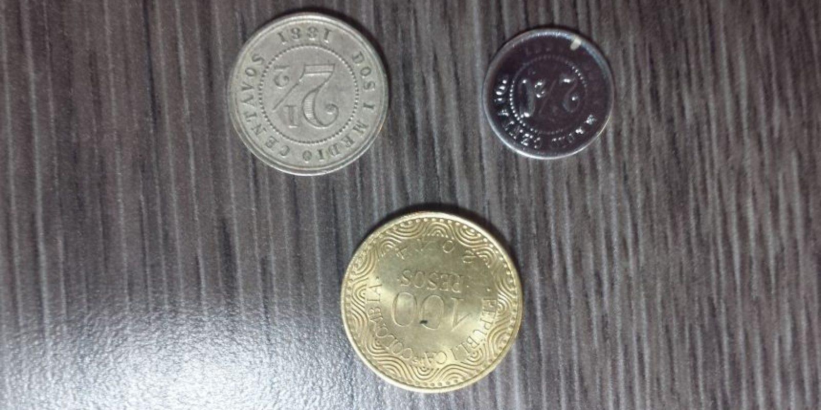 Otra es un par de antiguas monedas de 2.5 centavos, que se ven con una moderna de 100 pesos para dar una idea de su tamaño Foto:Juan Manuel Reyes – Publimetro