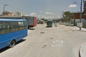 Este hueco ubicado en el barrio la Chucua, localidad de Kennedy, se apoderó de toda la vía. Los habitantes dicen que es una trocha. Foto:Google Street View