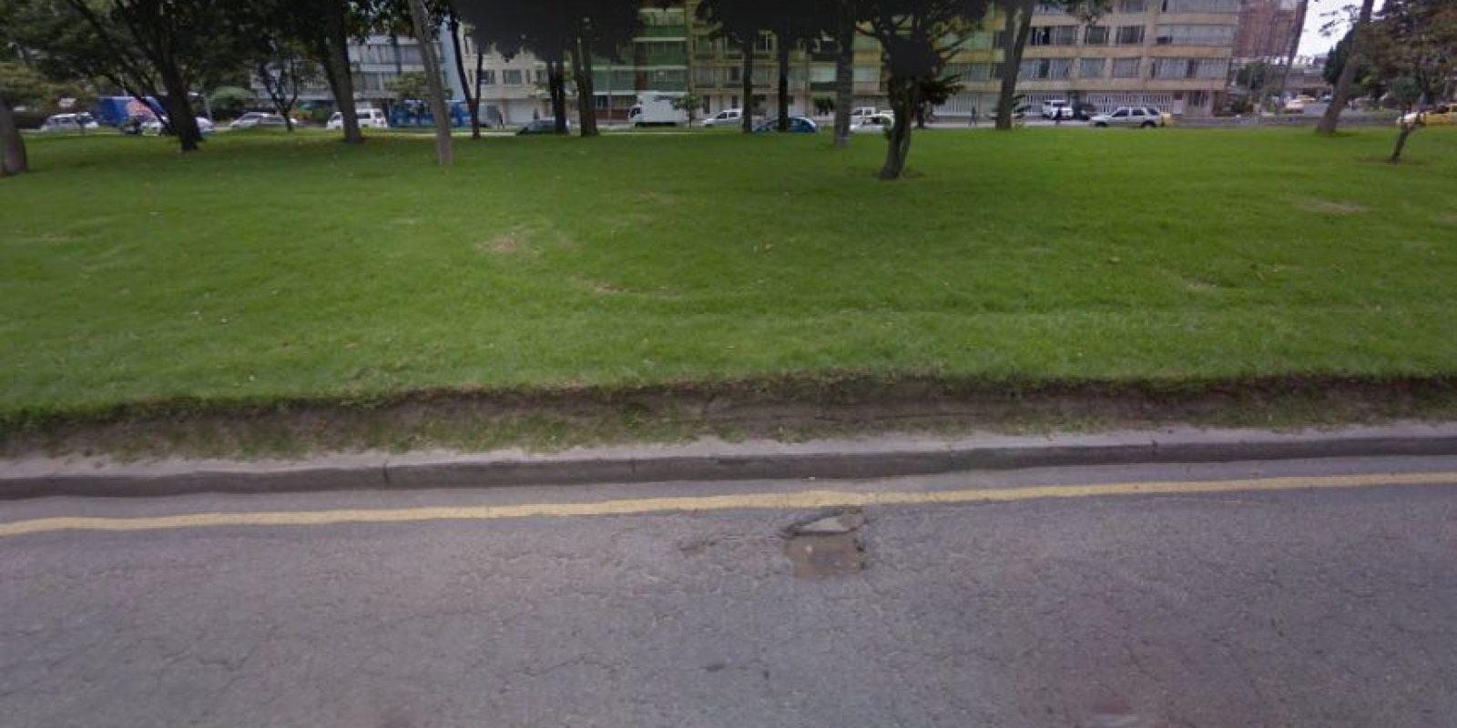 Este pequeño pero profundo hueco se ubica en la avenida de las Américas con carrera 30. Foto:Google Street View