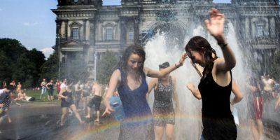 Tome bastante agua antes de comenzar cualquier actividad al aire libre. Tome agua adicional durante todo el día. Foto:Getty Images