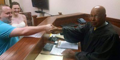La pareja compartió en redes sociales una fotografía con el juez que los obligó a casarse Foto:Facebook.com/elizabethjaynes16