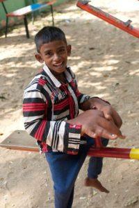 Tiene ocho años y proviene de una aldea pobre en la India. Foto:vía Barcroft Media