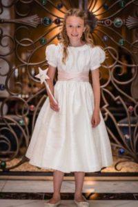 """Durante el baile, al estilo del cuento de """"Cenicienta"""" conocieron la historia de decenas de niños con enfermedades terminales de la asociación británica Believe in Magic. Foto:vía twitter.com/believeinmagicx"""