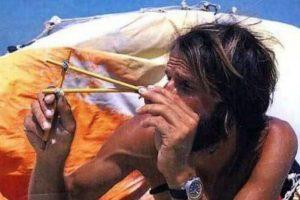 Steven Callahan navegaba desde las Islas Canarias en 1982, cuando su barco se hundió después de 6 días en el viaje. tuvo que sobrevivir con 3 libras de alimento y 8 litros de agua por 76 días en el mar. Fue rescatado por pescadores.