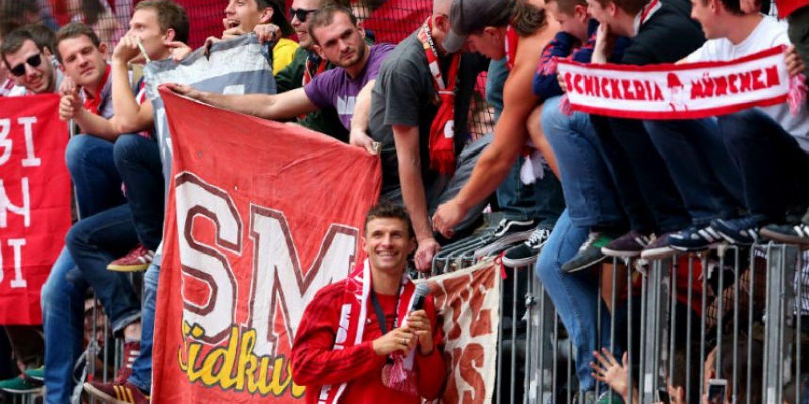 Las bufandas, mosaicos, banderas y cariño hacia los futbolistas nunca se detiene en la afición alemana Foto:Getty Images