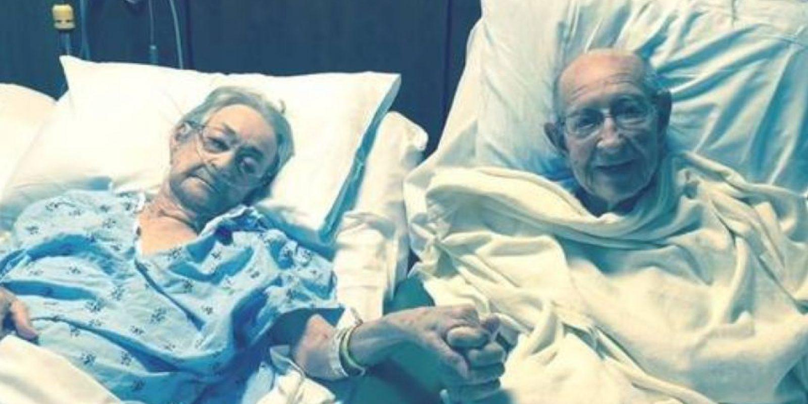 Tom y Arnisteen Clark llevan 68 años casados. Él tiene 96 años y ella 92. Como los dos fueron internados en camas diferentes, a los trabajadores del hospital Piedmont Healthcare decidieron dejarlos juntos. Foto:vía Facebook/Piedmont HealthCare