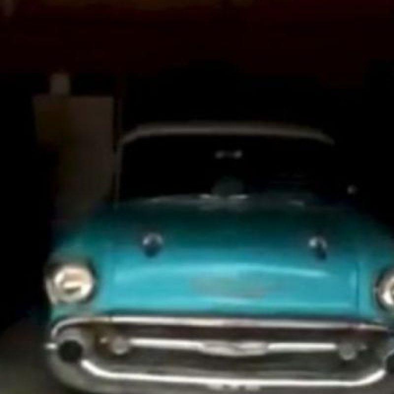 """A los ocho años, """"Belairboy"""" (como se hace llamar en la red social) prometió a su padre que le regalaría un auto en su cumpleaños número 57. El automóvil era un Chevy Bel-Air de 1957 y aunque siempre hablaba de él, el padre de """"Belairboy"""" nunca pensó que podría conducir uno. Foto:vía Youtube"""