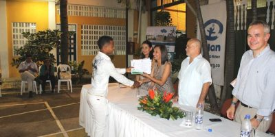 Dixon recibiendo su diploma.