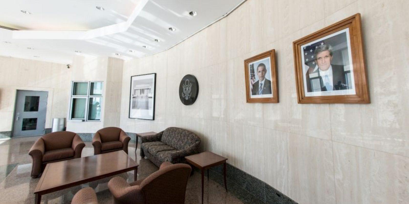 Sala de reuniones donde se puede apreciar el retrato del presidente Barack Obama y del Secretario de Estado, John Kerry Foto:AFP