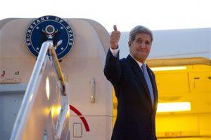 El secretario de Estado, John Kerry, abordando el avión que lo llevaría de Washington a La Habana este viernes por la mañana Foto:AP