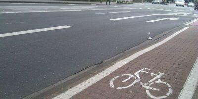 En Alemania, las ciudades han construido los bicicarriles con adoquines para que se destaquen Foto:Captura de pantalla Youtube