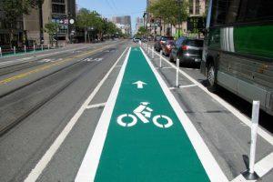 En San Francisco (California) los bicicarriles quedan en el centro de las vías Foto:Tomada de sfgate.com
