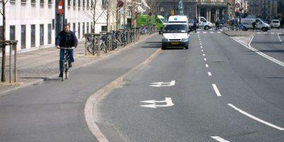 Amsterdam: los ciclocarriles son elevados pero no tienen alguna separación física mayor Foto:Tomado de free-stock-illustration.com