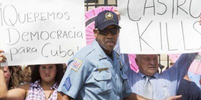 El encargado de izar la bandera fue Bruno Rodríguez, ministro cubano de Relaciones Exteriores. Foto:AFP
