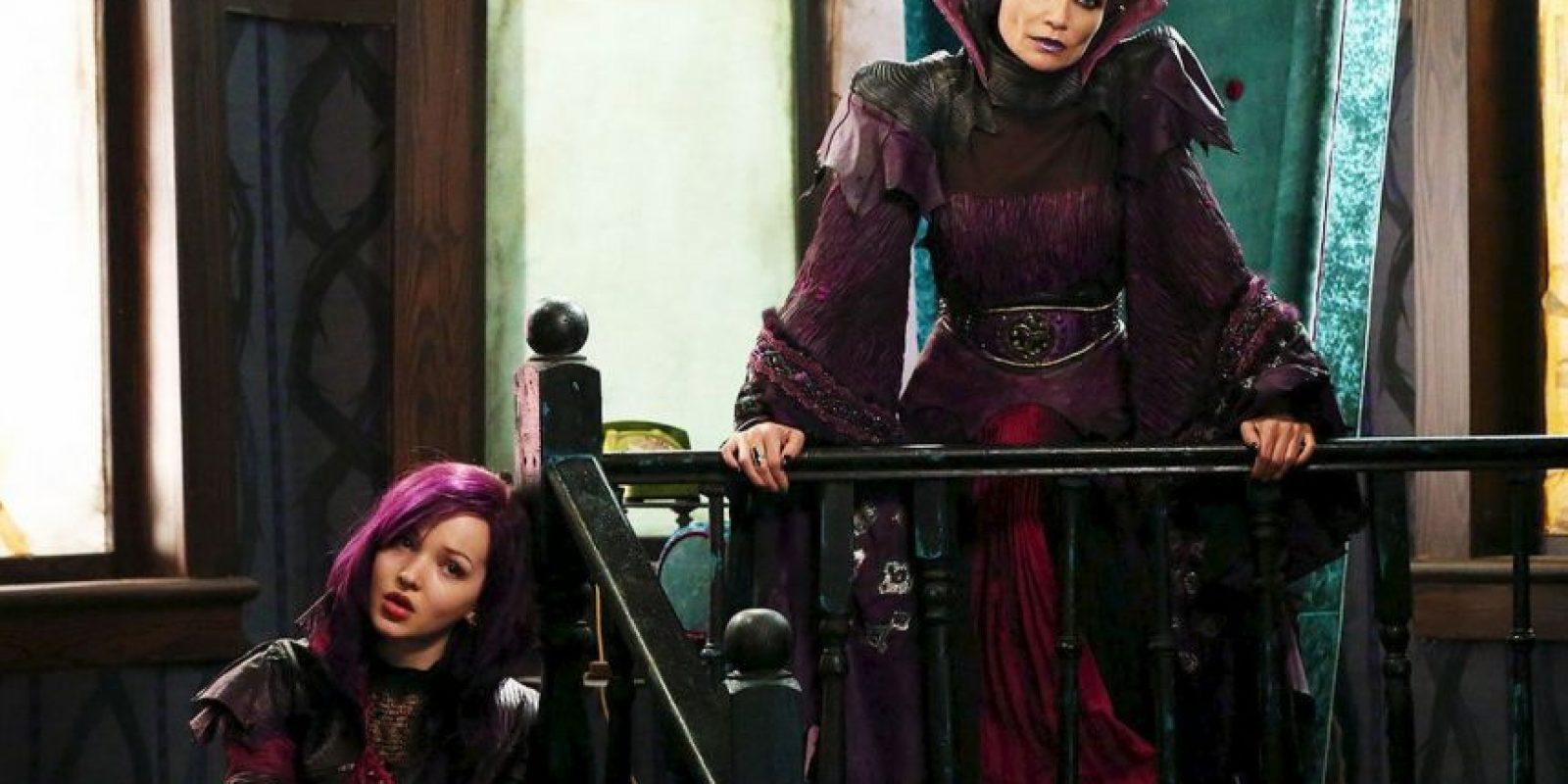 Es la hija de La Reina Malvada. Es muy buena diseñadora de ropa y se puede comunicar con su espejo mágico. Foto:Vía losdescendientes.disney.es/