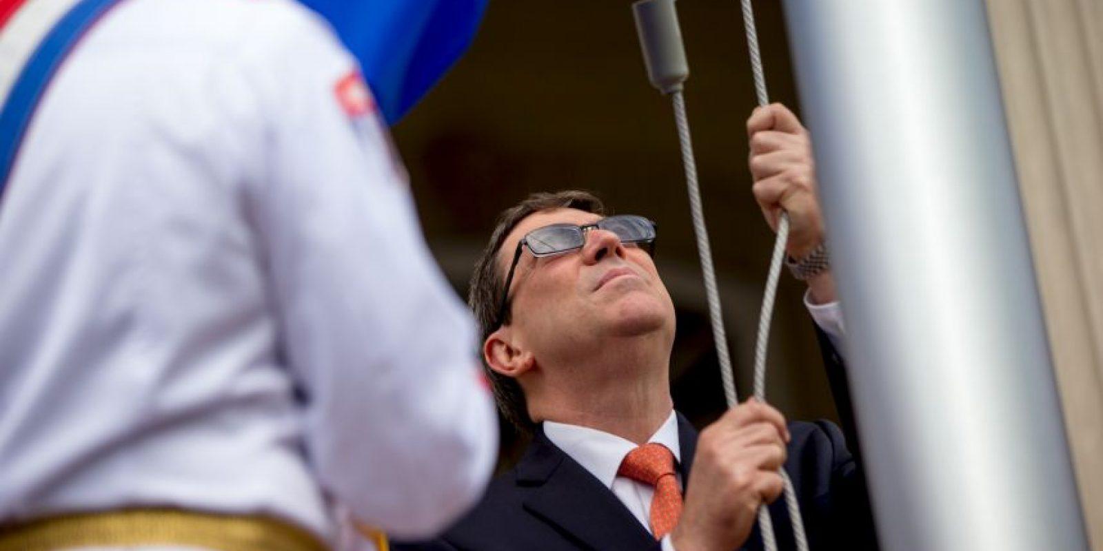 El encargado de izar la bandera fue Bruno Rodríguez, ministro cubano de Relaciones Exteriores Foto:AP