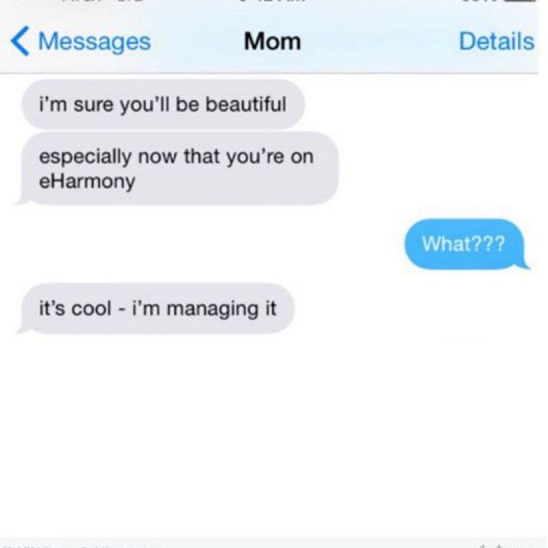 """Mamá: """"Estoy segura de que eres hermosa, en especial ahora que estás en """"eHarmony"""" (un sitio de citas)"""". Hija: """"¿Qué?"""". Mamá: """"Está bien, yo soy la administradora"""" Foto:instagram.com/crazyyourmom/"""