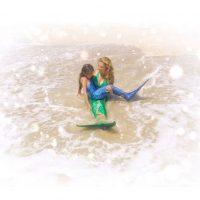 """""""Como dos gotas de agua. Nada más fantástico que cumplirle los sueños a nuestros hijos. Y ella quería que fuéramos sirenas"""", escribió Thalía en Instagram. Foto:Instagram/Thalia"""