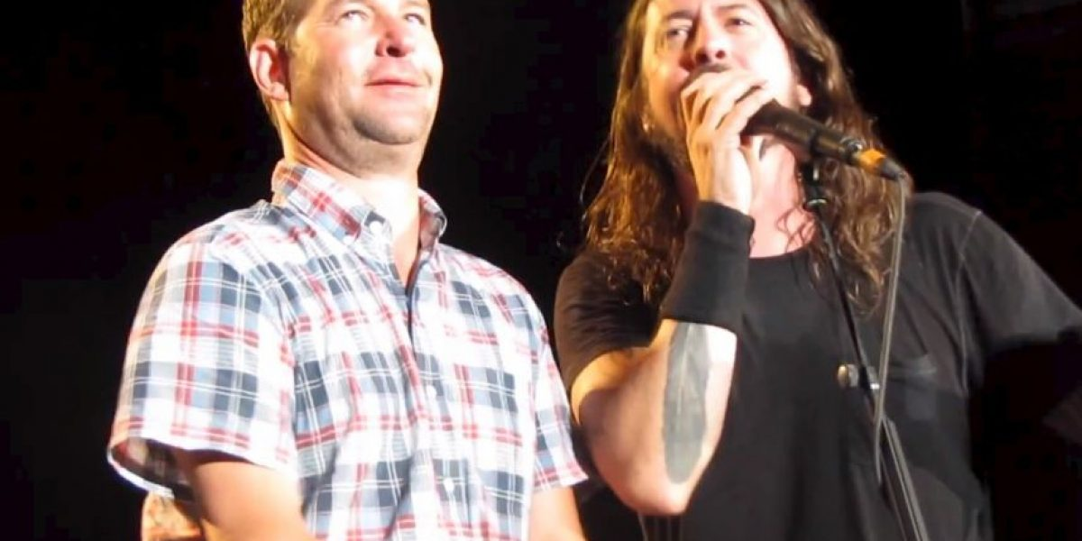 Miren qué hizo el líder de Foo Fighters cuando vio llorar a un fan ebrio