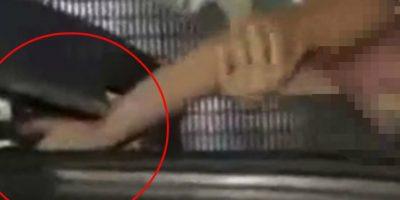 El menor fue rescatado, pero no se sabe el estado de su extremidad Foto:Liveleak.com