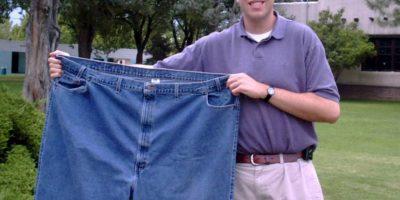 Una fotografía de 2001, en la que mostró los pantalones que solía utilizar Foto:AP