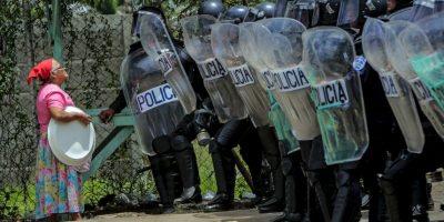 Mujer habla con la Policía en Managua, Nicaragua. Foto:AFP