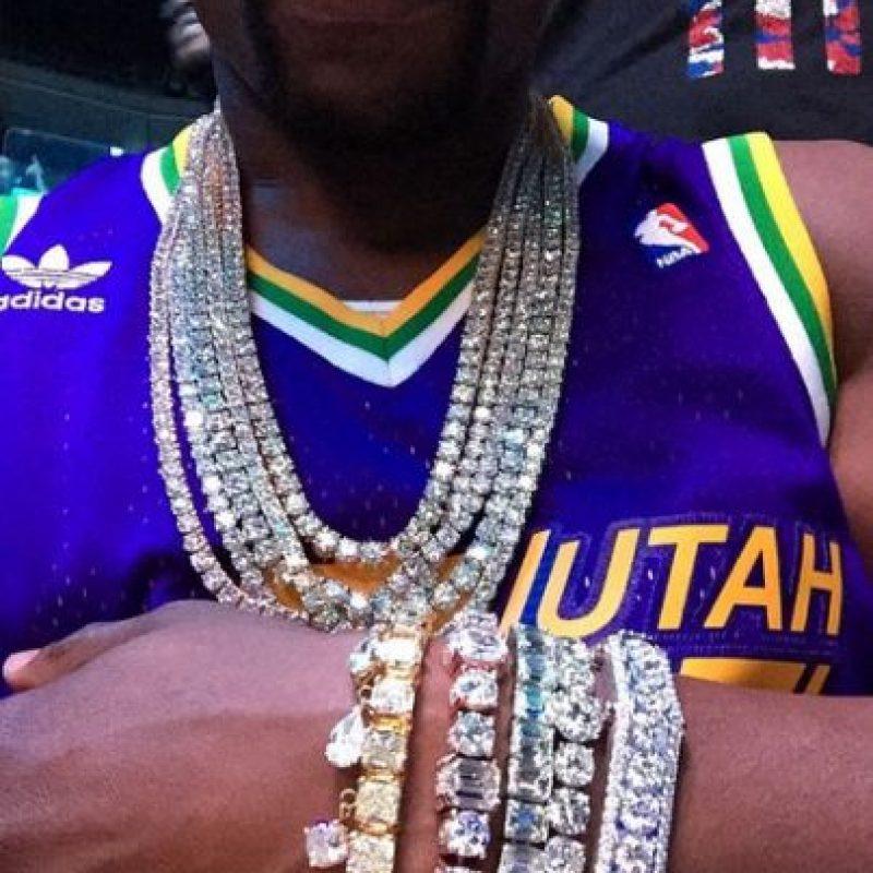 Es dueño de una colección de joyas de diamante que presumió en su Instagram y que tiene un valor de 64 millones de dólares Foto:Vía instagram.com/floydmayweather