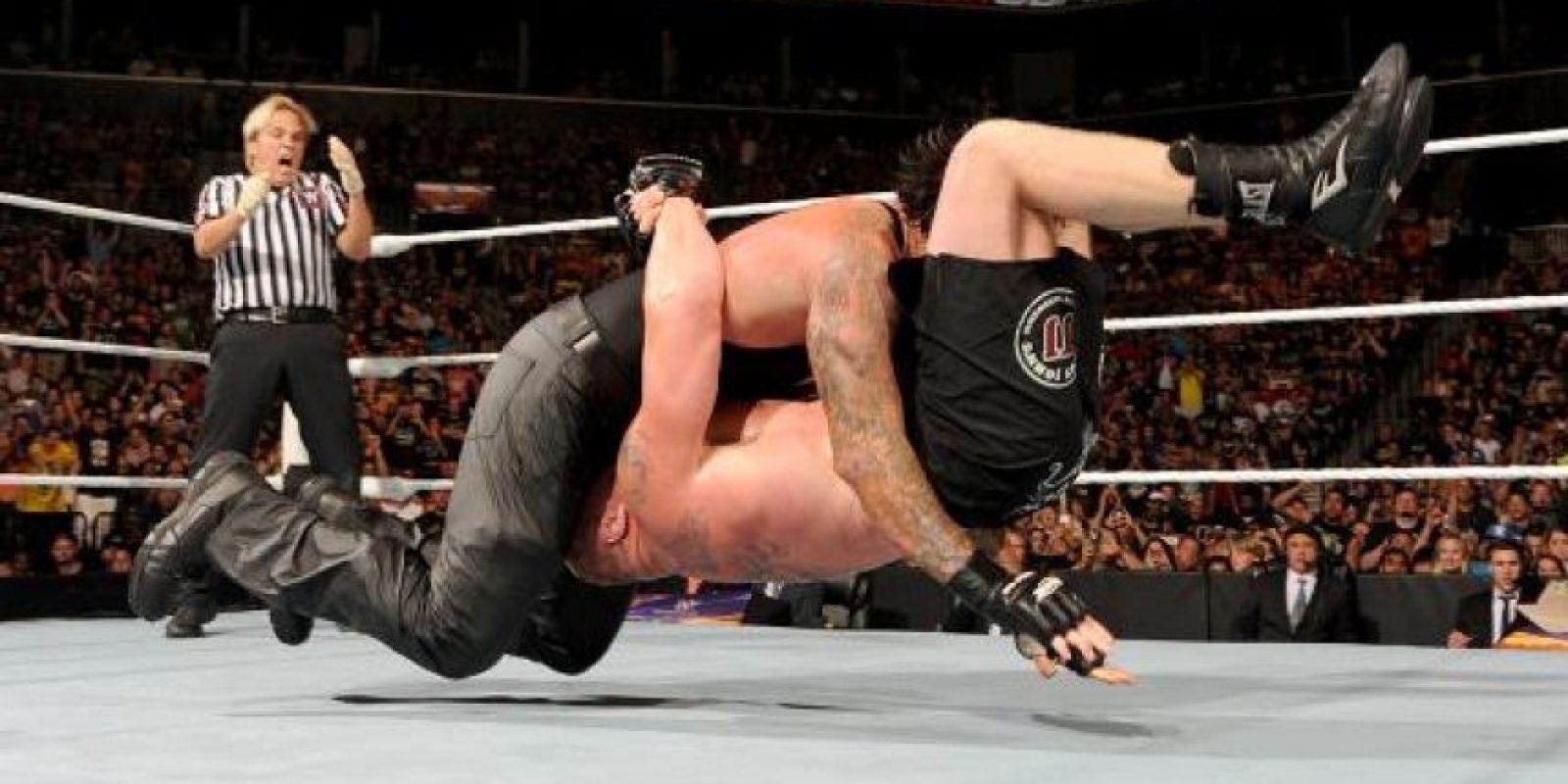 """La pelea no se salvó de la polémica, pues aunque """"el enterrador"""" sometió a Lesnar con su """"Hell's Gate"""", hasta dejarlo inconsciente… Foto:WWE"""