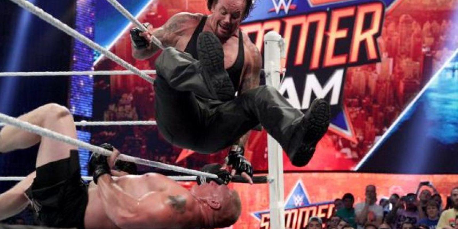 La pelea entre ambos fue muy entretenida, y uno de los momentos más recordados fue cuando Lesnar castigó a Undertaker aventándolo contra la mesa de los comentaristas. Foto:WWE
