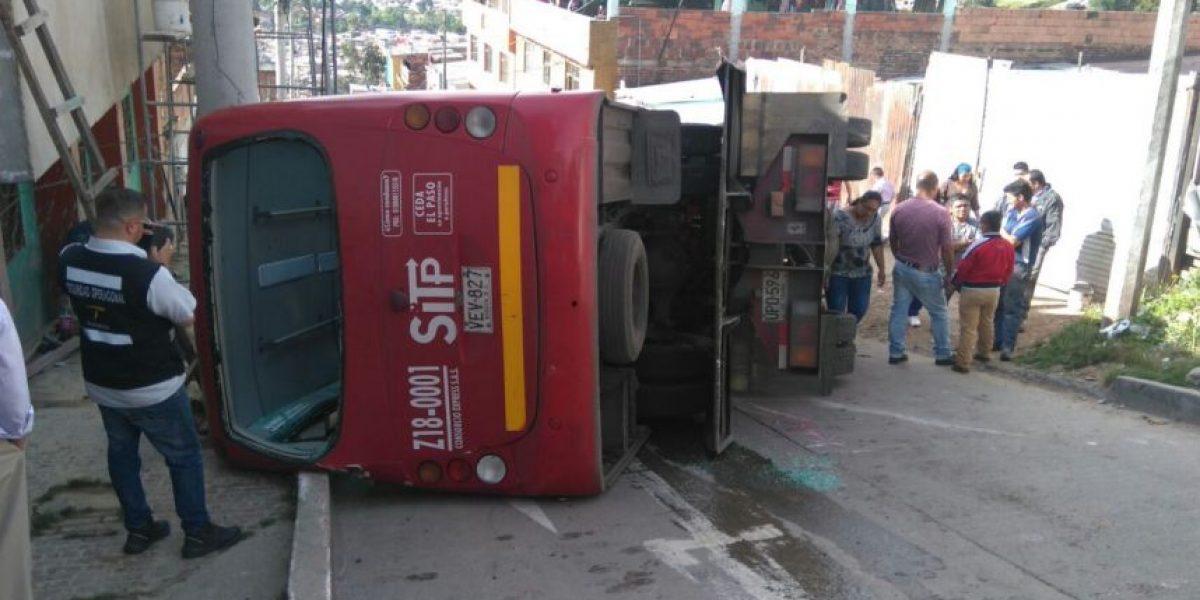 Grúa y bus del SITP se volcaron en San Cristóbal