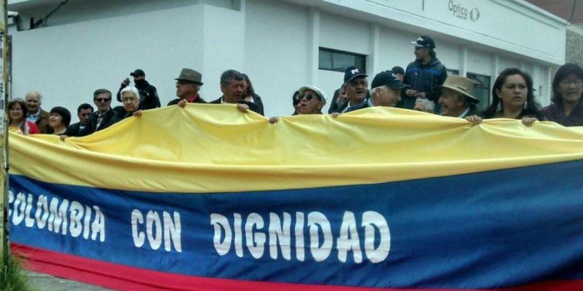 Protesta frente a la embajada de Venezuela contra Maduro y Santos