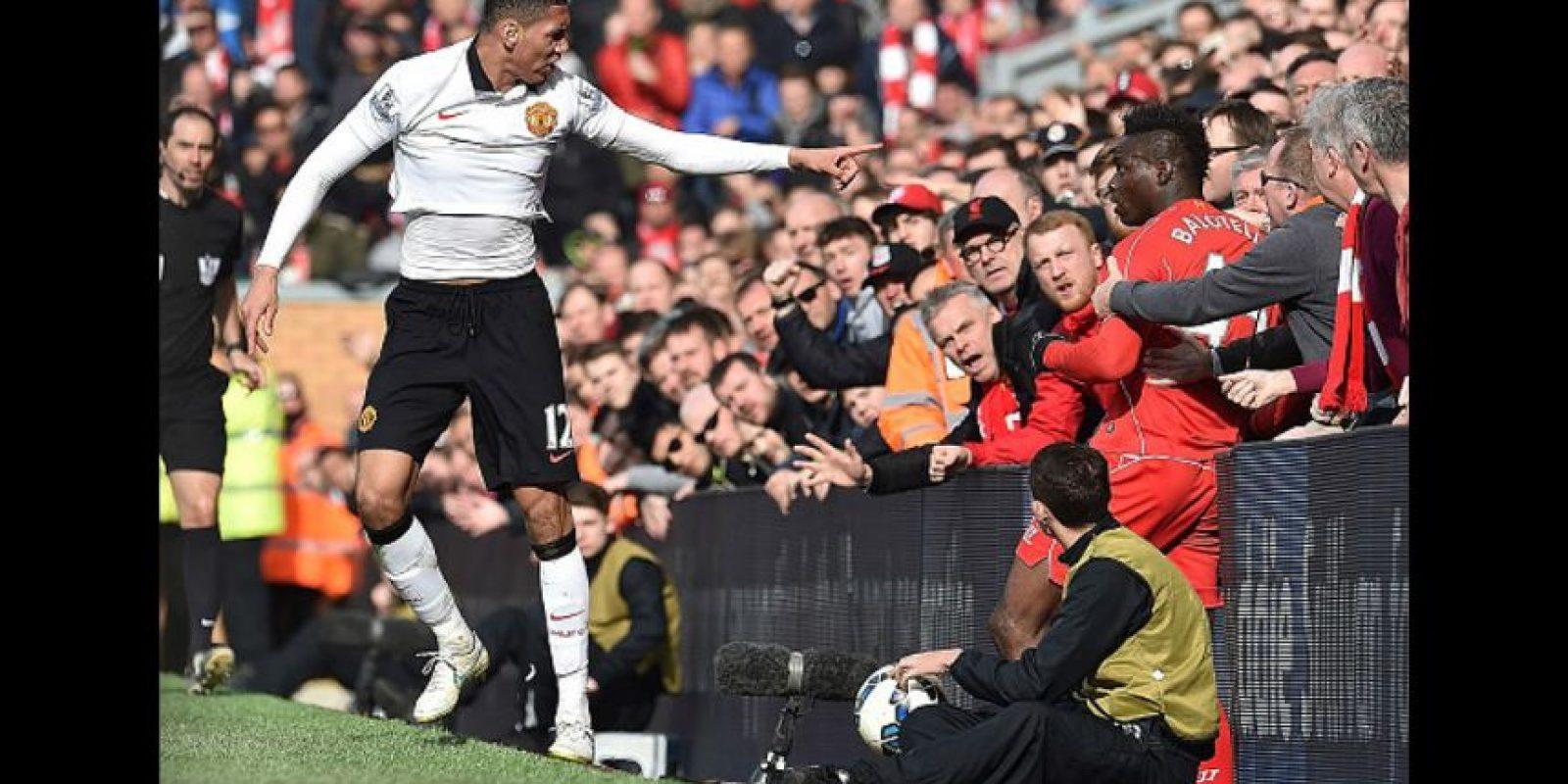 También estuvo a punto de pelearse con Chris Smalling, en un encuentro ante Manchester United, pero los aficionados lo detuvieron evitando así, una expulsión segura. Foto:Getty Images