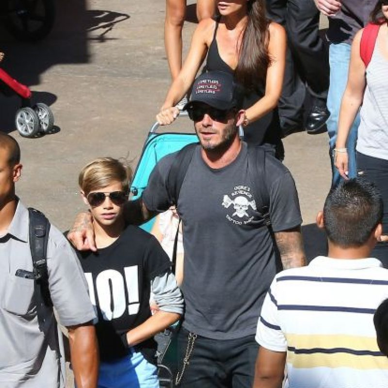 David lució una camiseta gris, gorra, unos jeans negros y zapatos deportivos. Foto:The Grosby Group