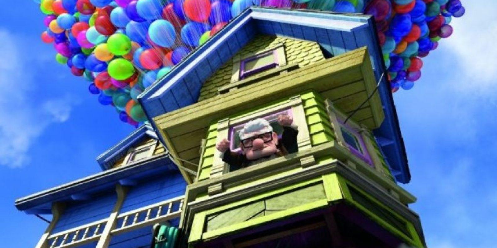 """La trama relata las aventuras de """"Carl Fredricksen"""" y de un niño llamado """"Russell"""", quienes viajan a Cataratas del Paraíso en Venezuela, en el interior de una casa flotante suspendida con globos de helio. Foto:IMDb"""