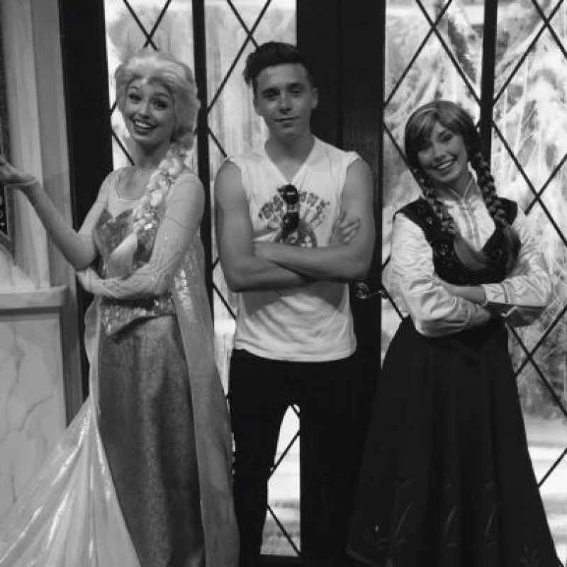 """Brooklyn aprovechó para tomar fotografías y retratarse con las princesas de """"Arendelle"""" Foto:vía twitter.com/victoriabeckham"""