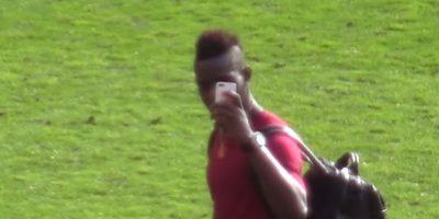 """En marzo de este año, en la visita de Liverpool a Manchester United, los aficionados """"Red Devils"""" lo provocaron cantando """"City rejected"""" (rechazado del City, por su pasado en Manchester City) a lo que Balotelli respondió con una seña obscena. Foto:YouTube"""