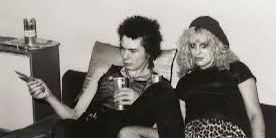 """El 12 de octubre de 1978, luego de una fiesta llena de drogas y alcohol, el bajista de la banda de punk """"Sex Pistols"""" encontró el cadáver de su novia, Nancy Spungen, en el baño. Foto:Wikipedia"""