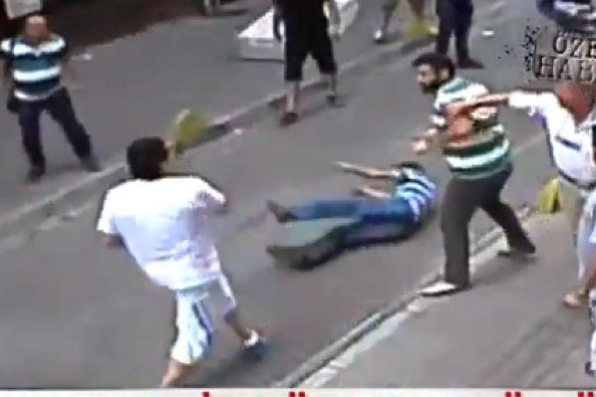 "El hombre identificado como ""un boxeador irlandés"", golpeó a media docena de personas en Estambul Foto:Liveleak.com"