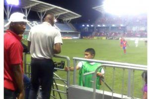 Paulo Miguel Wanchope Herrera, DT de Costa Rica, pelea con elemento de seguridad en Panamá en torneo sub 23 Foto:twitter @SanCadilla