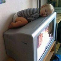 ¿Qué hace ese bebé dormido sobre el televisor? Foto:Imgur