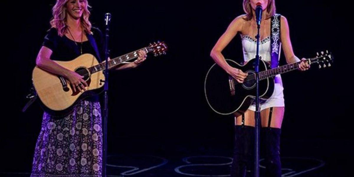 Taylor Swift compartió el escenario con Lisa Kudrow y cantaron