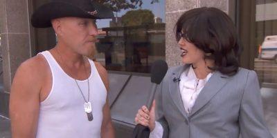 La cantante volvió a usar una peluca para disfrazarse de reportera y conocer la opinión de la gente sobre ella. Foto:vía YouTube/Jimmy Kimmel