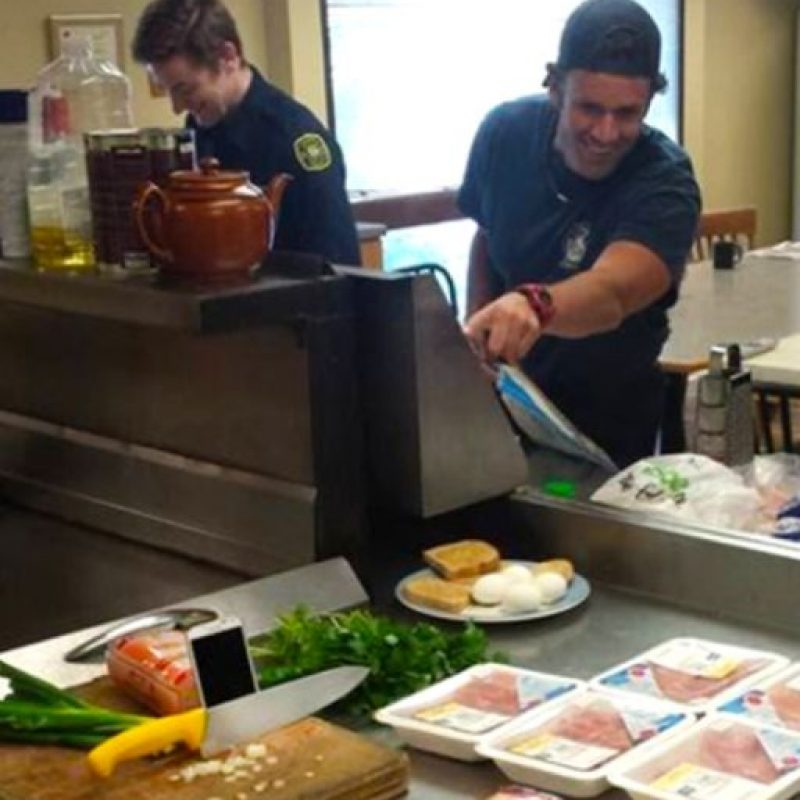 A la hora de la comida… Foto:Vía Facebook.com/nathan.buhler